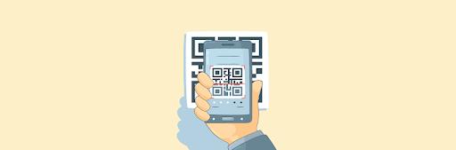 mao segurando celular usando PIX, lendo QR code em aplicativo