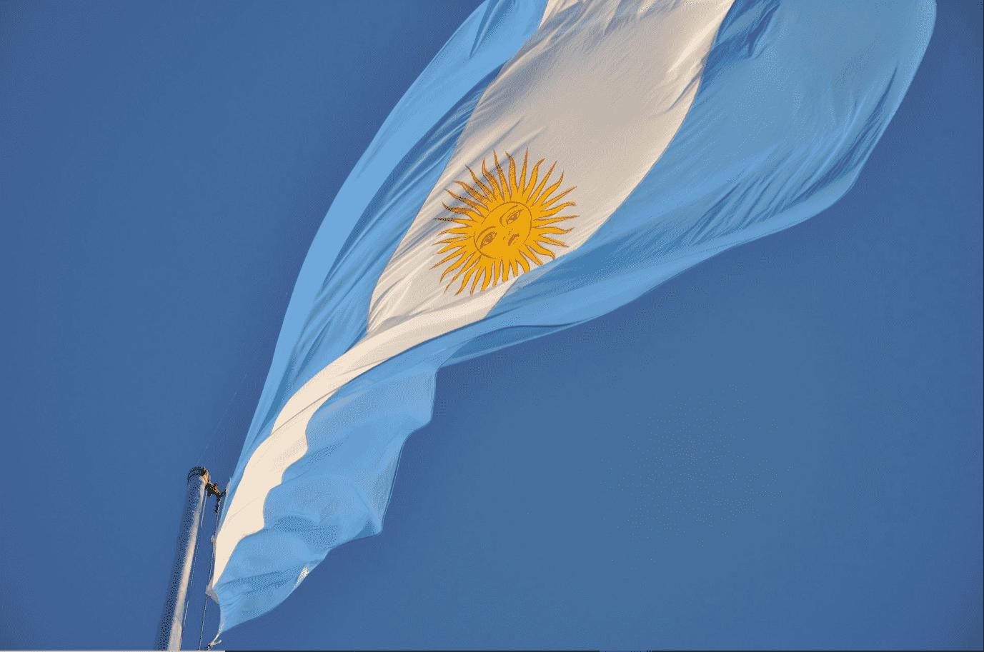 Foto mostra bandeira da Argentina tremulando