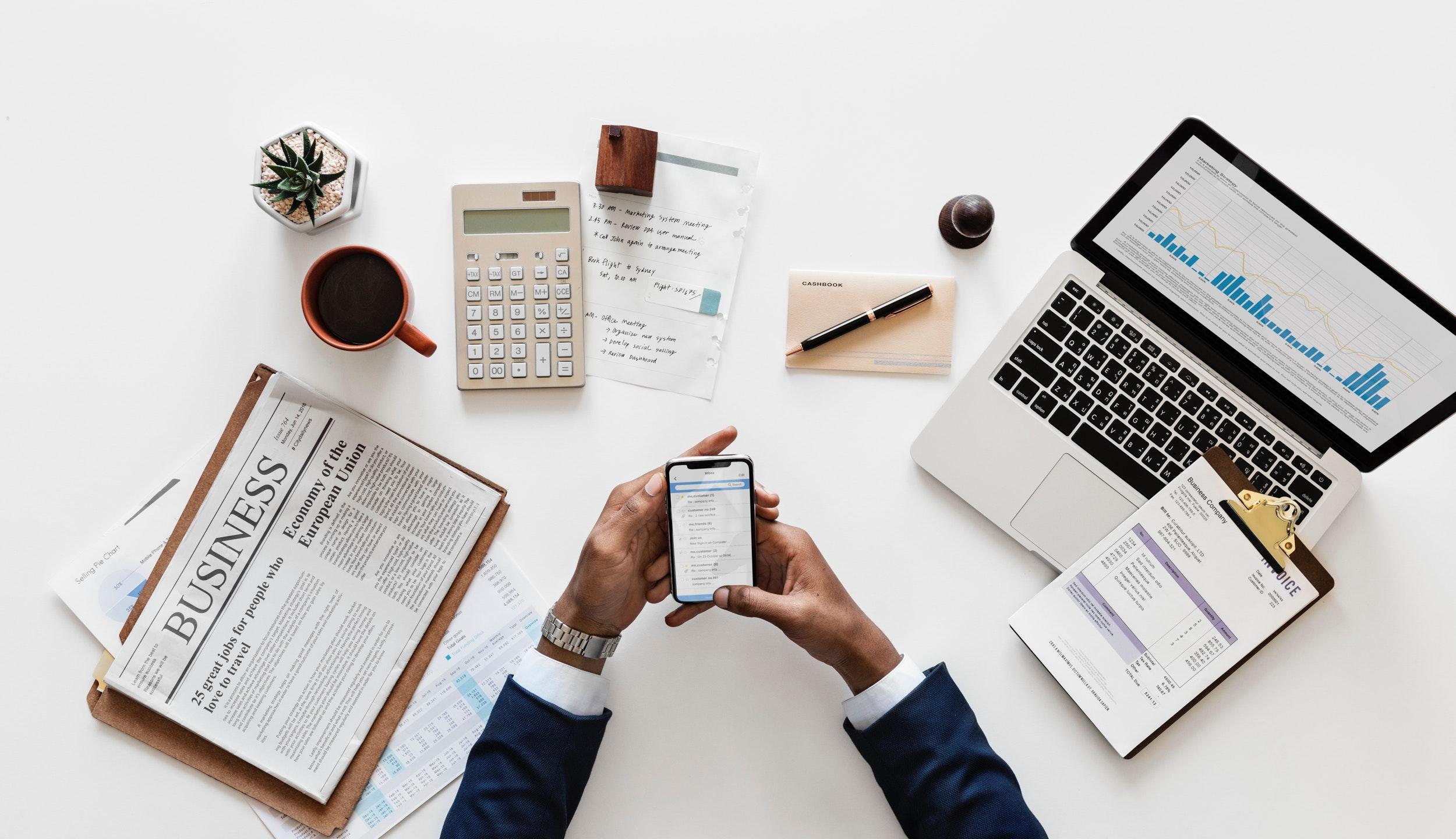 Fundos de Investimento. Pessoa usando o celular