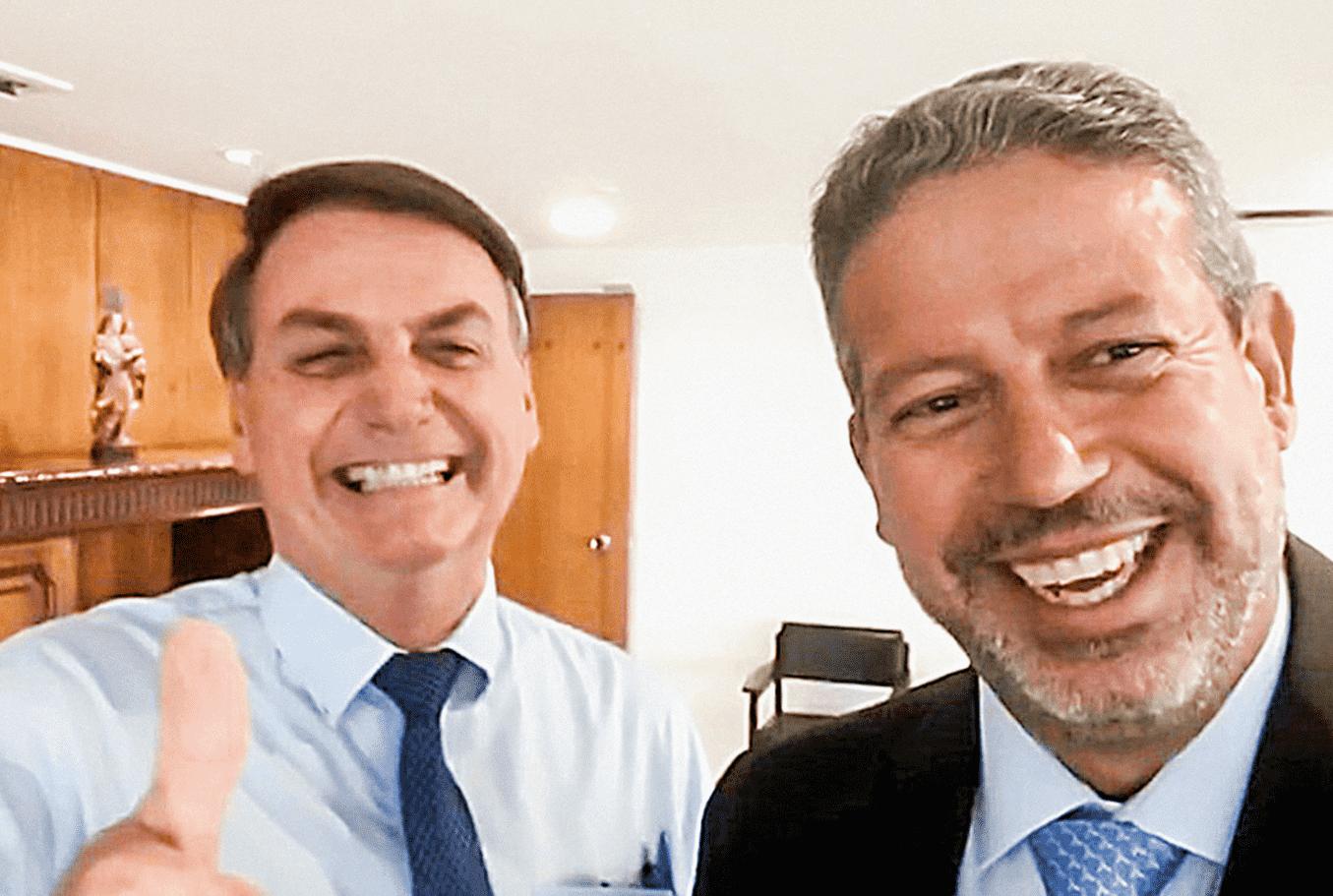 Foto mostra Jair Bolsonaro tirando uma selfie ao lado do deputado Arthur Lira.