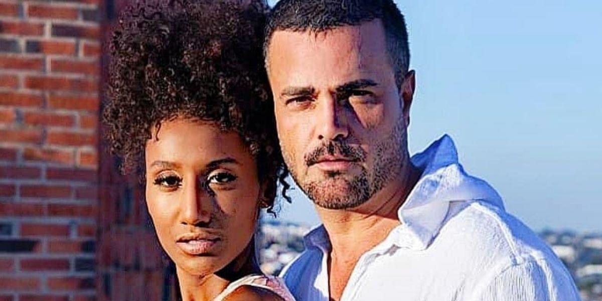 Sabrina Paiva e Rodrigo Phavanello posados olhando para frente