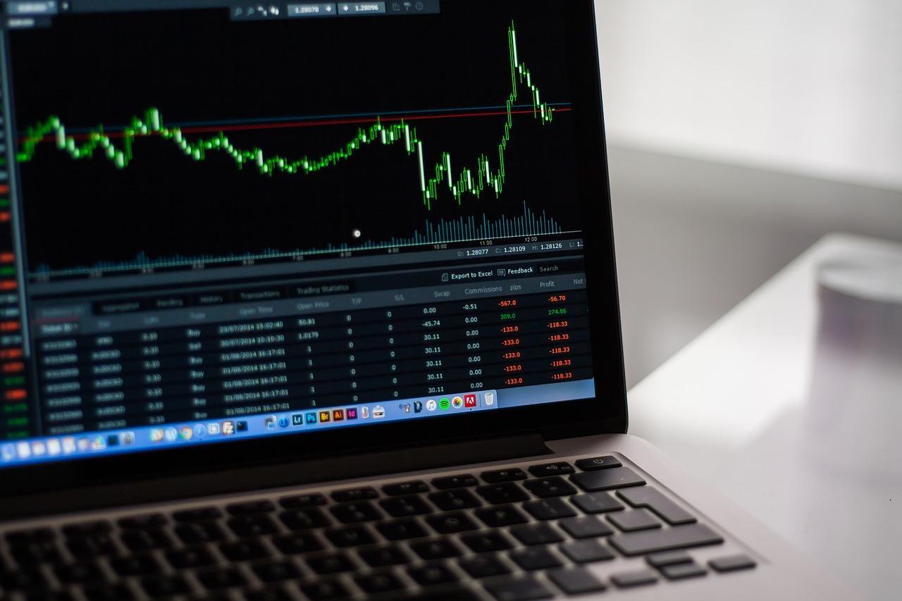 Mercado de ações em tela de notebook - melhores corretoras 2020