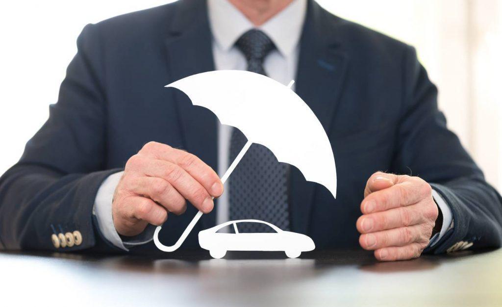 homem segurando um mini-cobertura sobre a miniatura de um carro branco