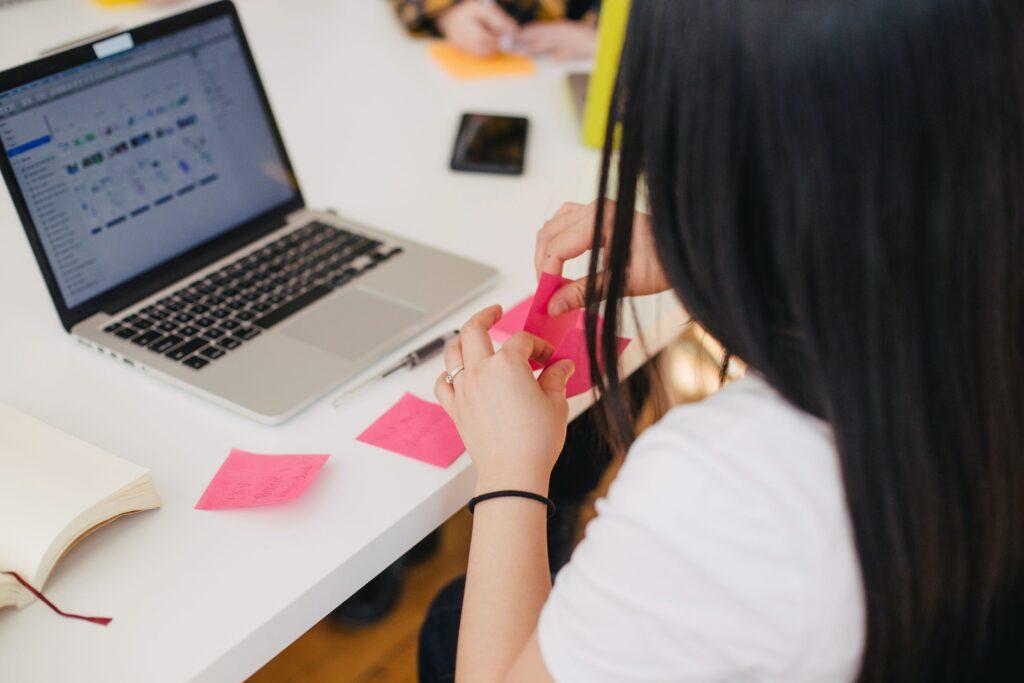 Mulher em frente ao notebook em sites para freelancers