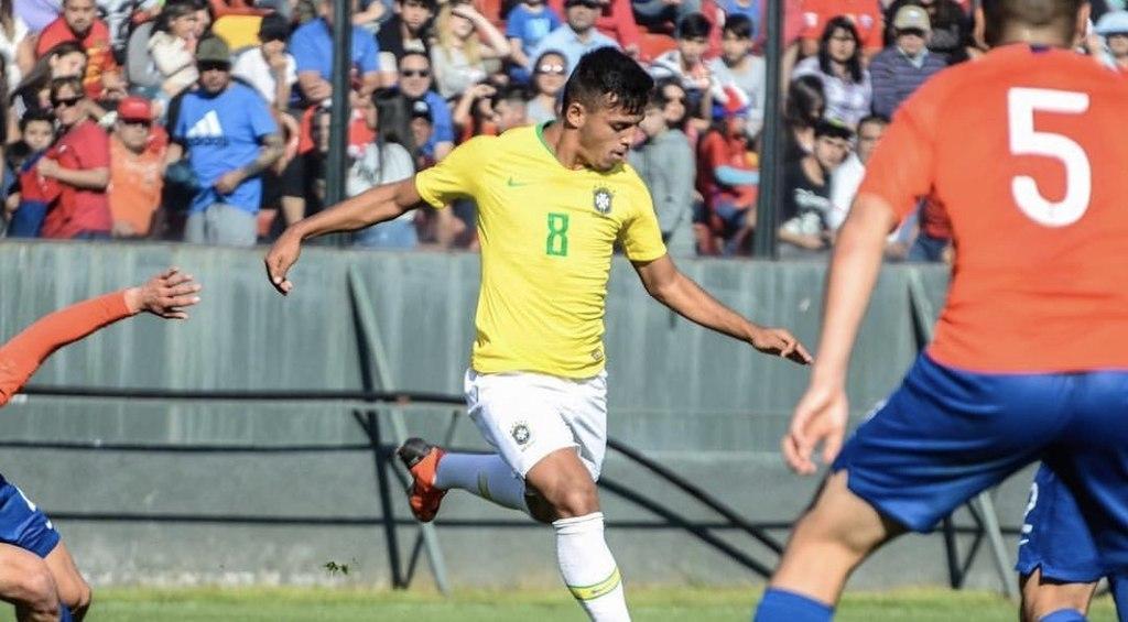 Gabriel Menino jogando pela seleção de base
