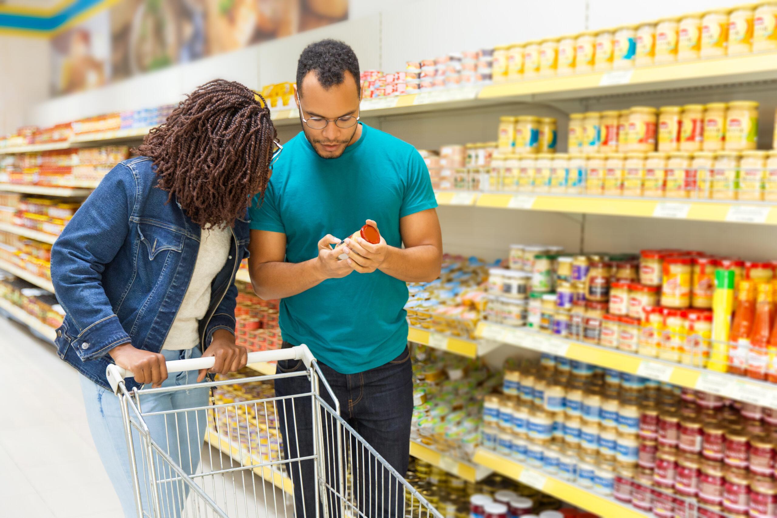 Duas pessoas no supermercado