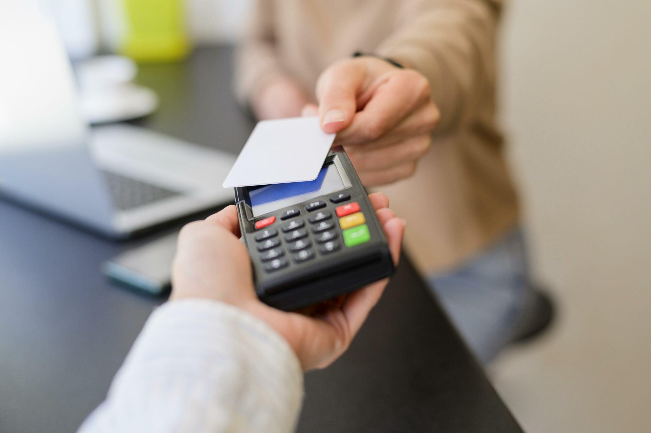 Cartão de crédito e maquininha.