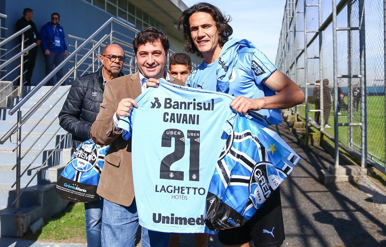 Cavani recebe camisa do Grêmio durante a Copa América