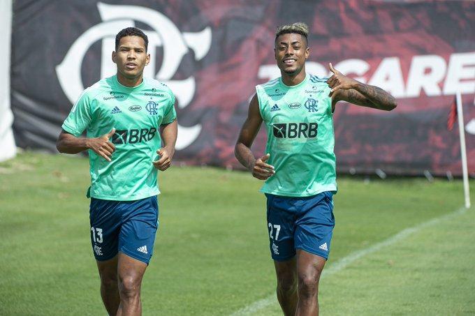 João Lucas e Bruno Henrique em treino