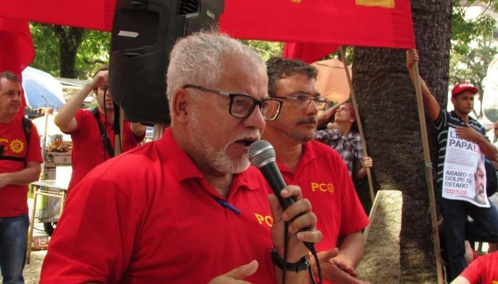 Foto mostra Antônio Carlos em um comício