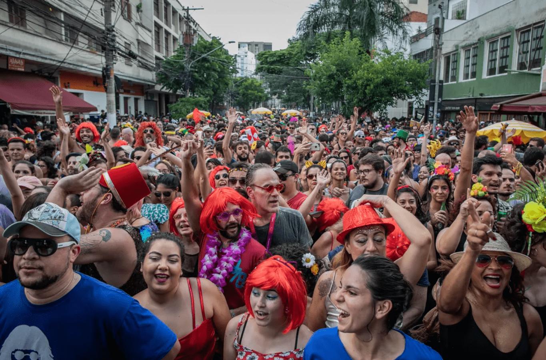 Foto mostra foliões no bloco de rua em São Paulo