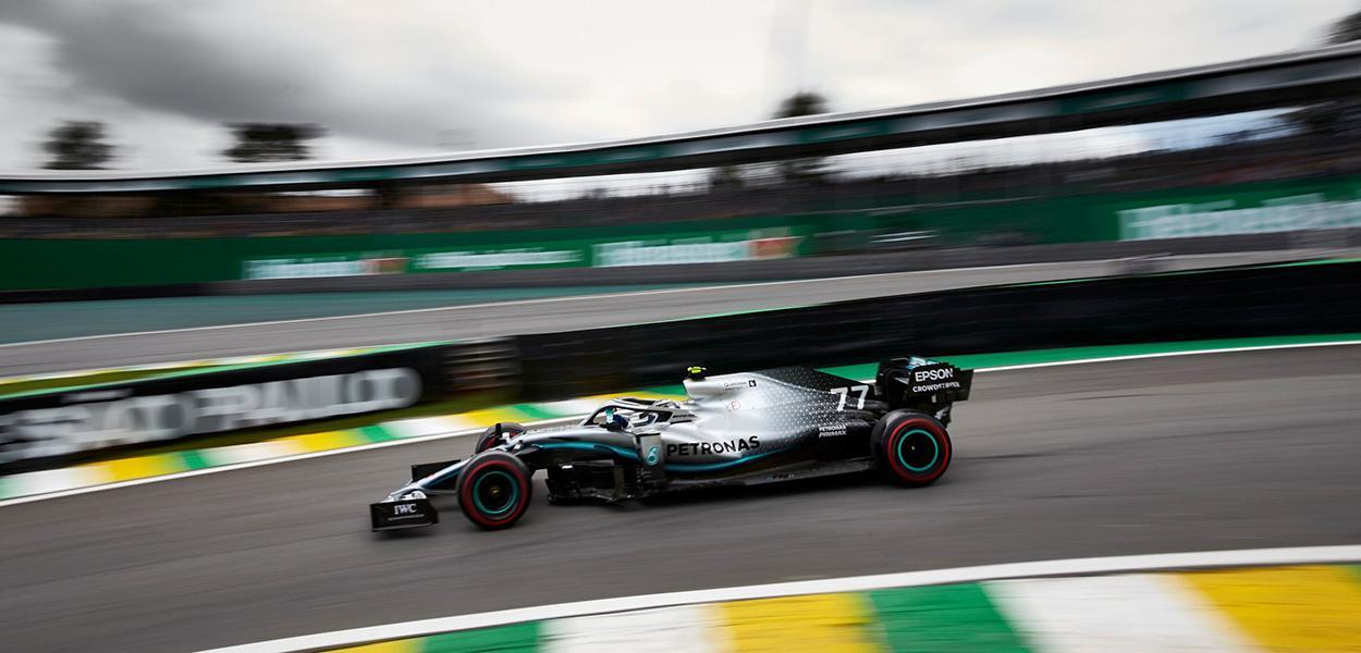 Carro da Mercedes disputa do GP do Brasil de Fórmula 1