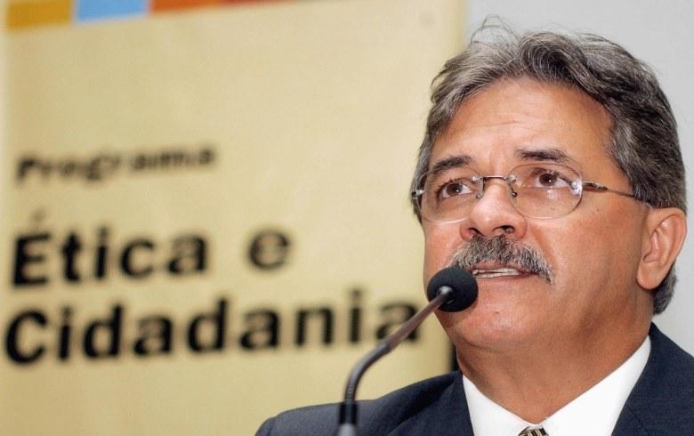 Foto mostra Nilmário Miranda