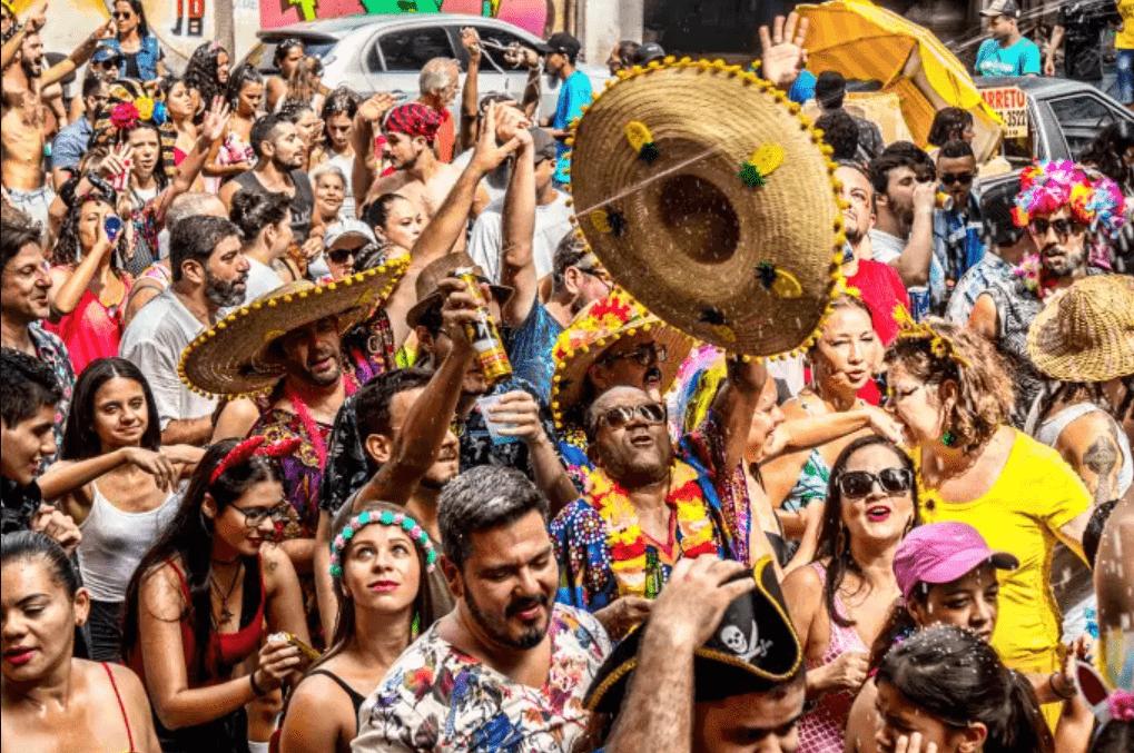 Foto mostra foliões no carnaval