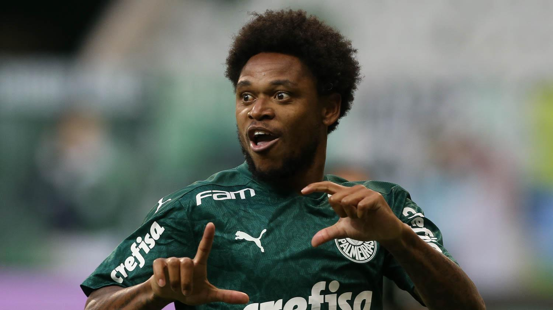 Luiz Adriano comemora gol contra Corinthians