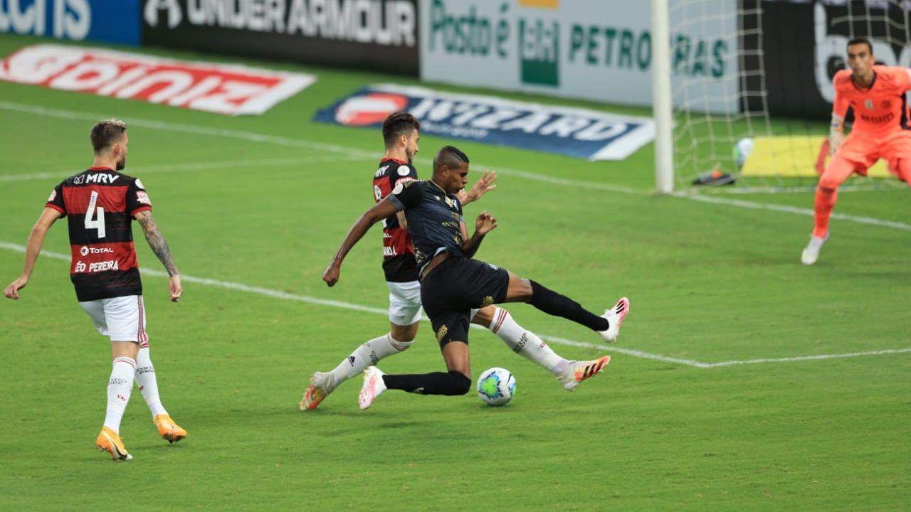 Cleber disputando bola com zaga do Flamengo