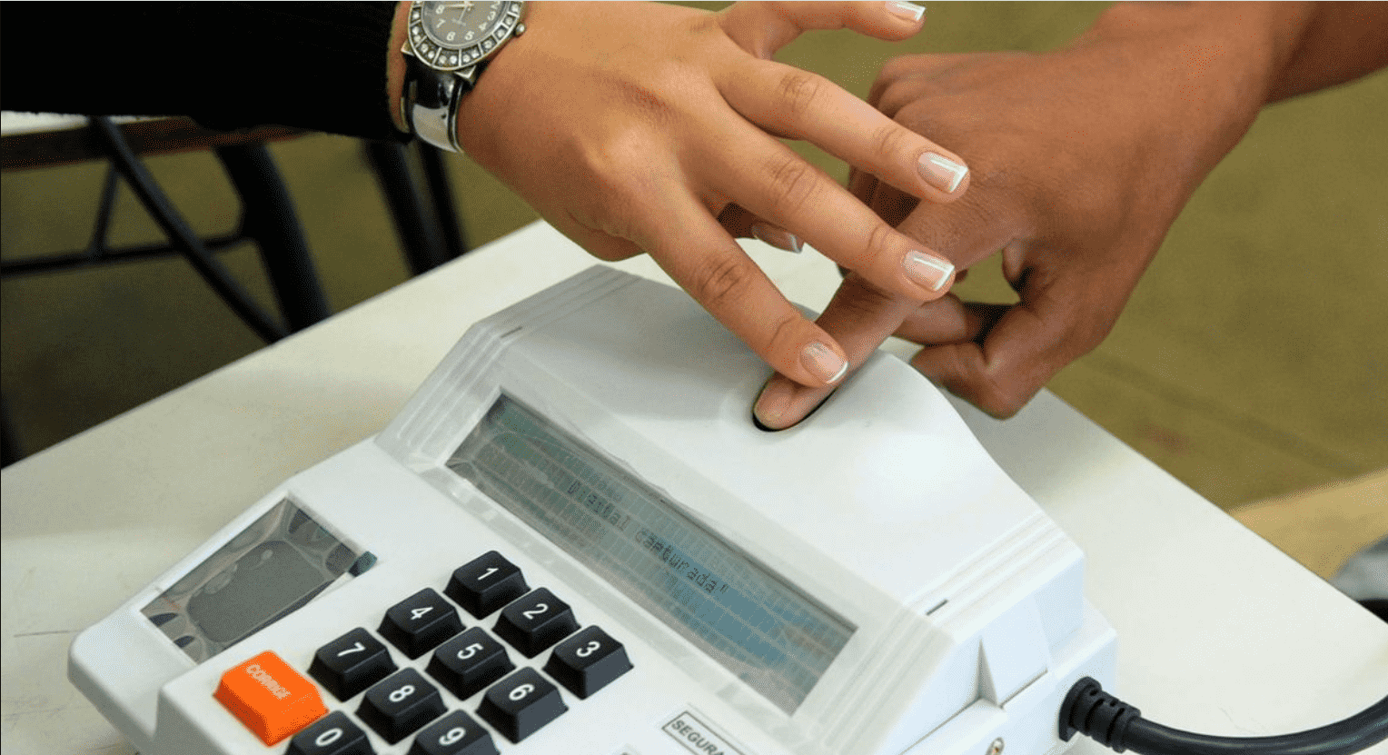 Foto mostra biometria sendo feita