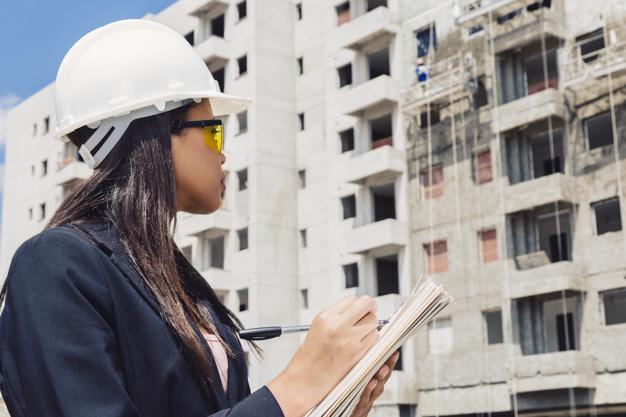 Mulher trabalhando em construção civil