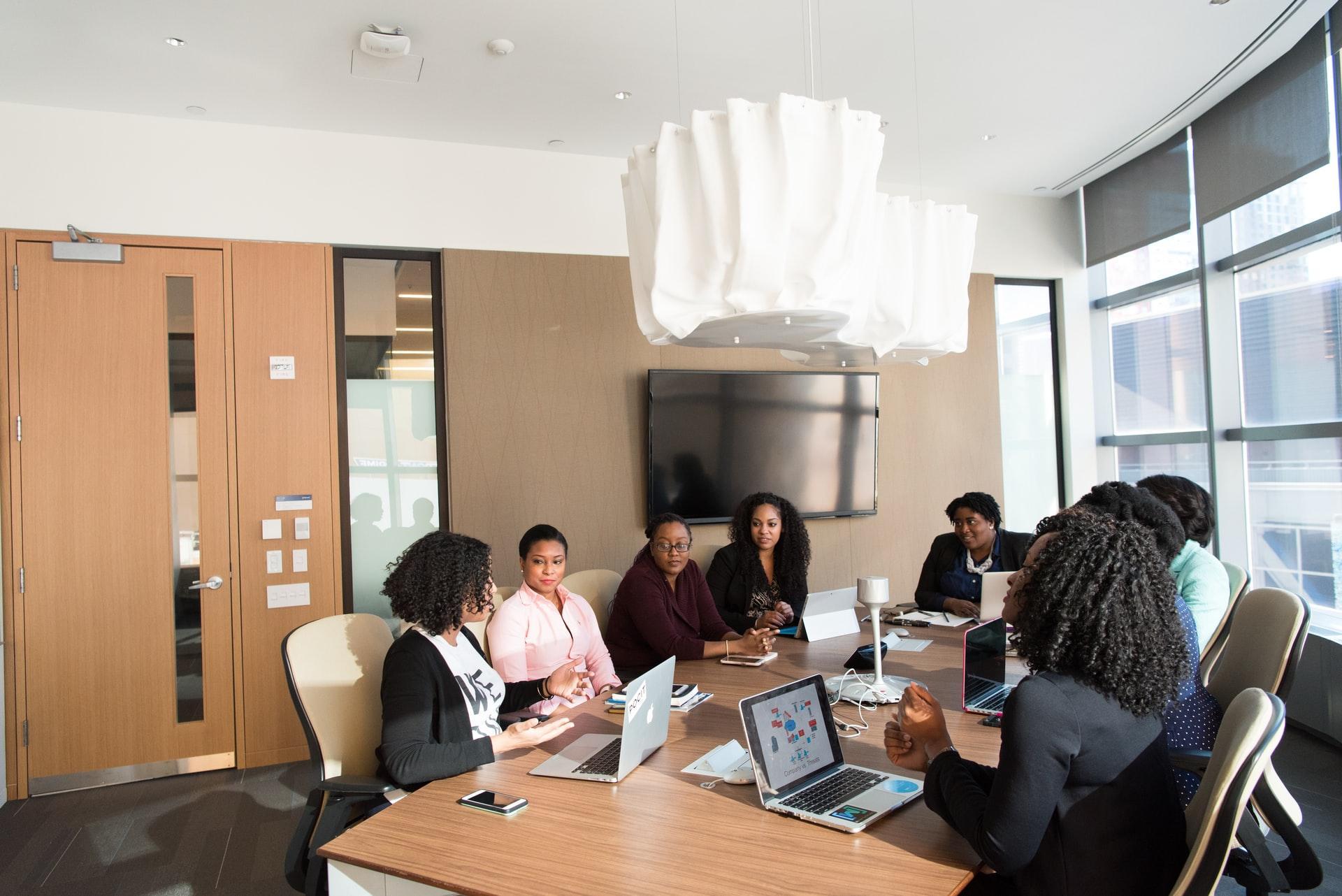 Trainee para negros. Mulheres em reunião. Magalu processo seletivo