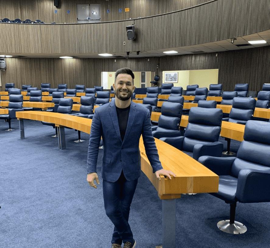 Foto mostra Diego Hypolito na câmara para as Eleições 2020