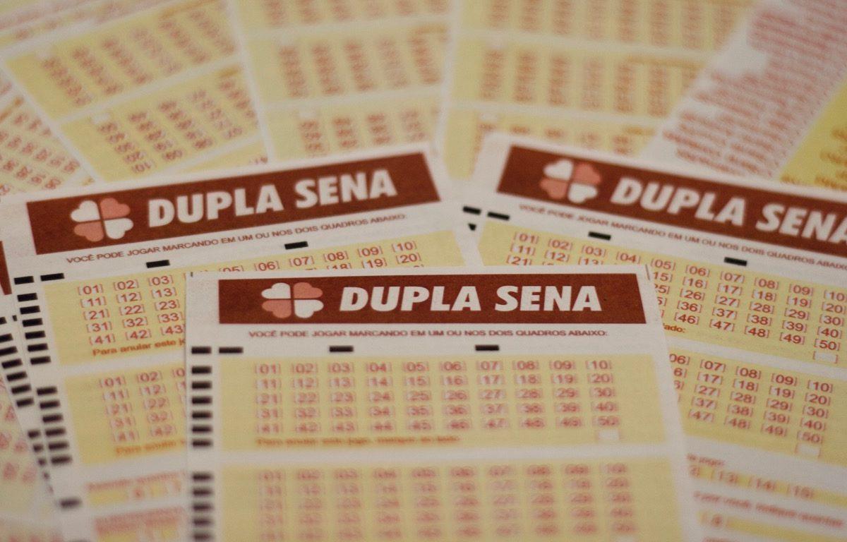 Dupla Sena concurso 2149 - a imagem mostra diversos volantes da Dupla Sena espalhados