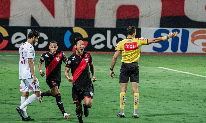 Atlético GO comemora gol feito no Fluminense pela Copa do Brasil