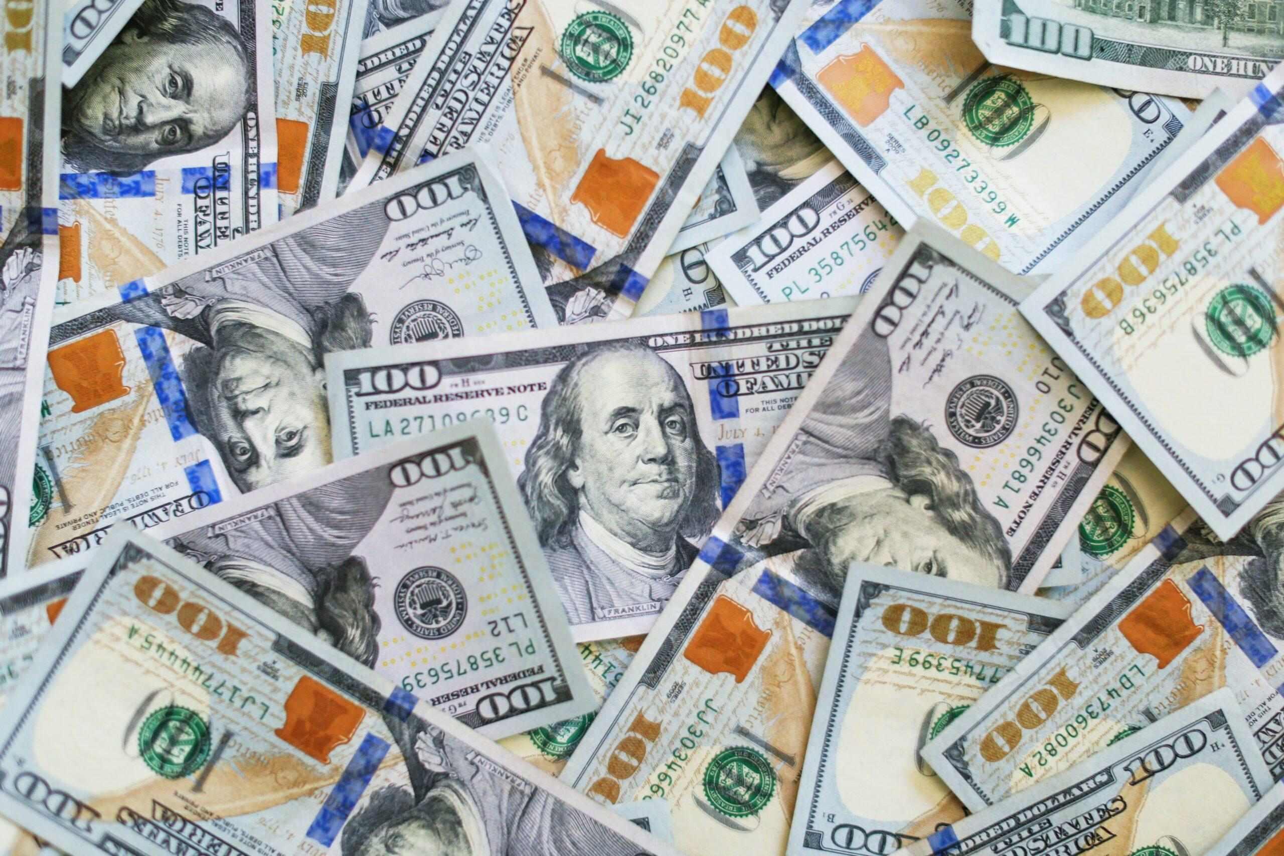 Muito dinheiro em várias notas de cem dólares