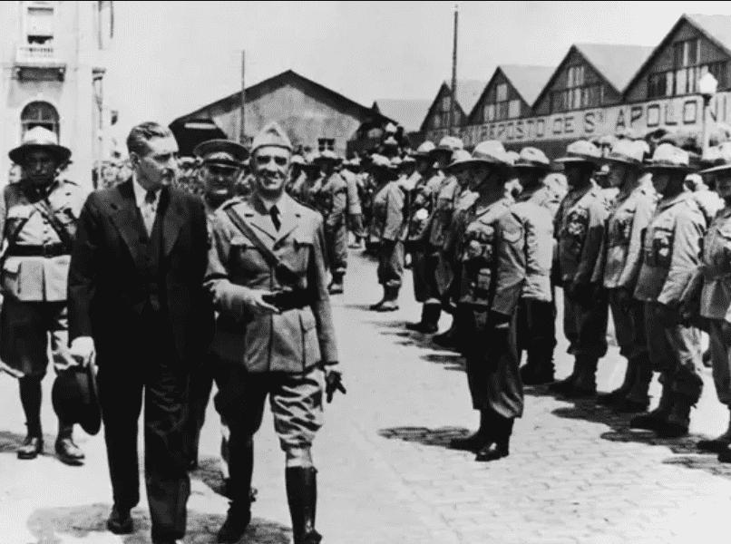 Foto mostra soldados durante o regime fascista de Salazar