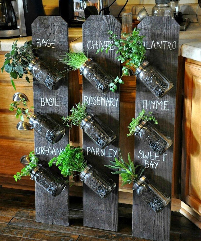 horta suspensa em painel de madeira
