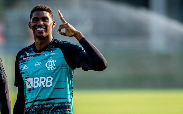 """'Pra cego ler"""": na imagem, o jovem goleiro do Flamengo, sorridente, Hugo Souza"""