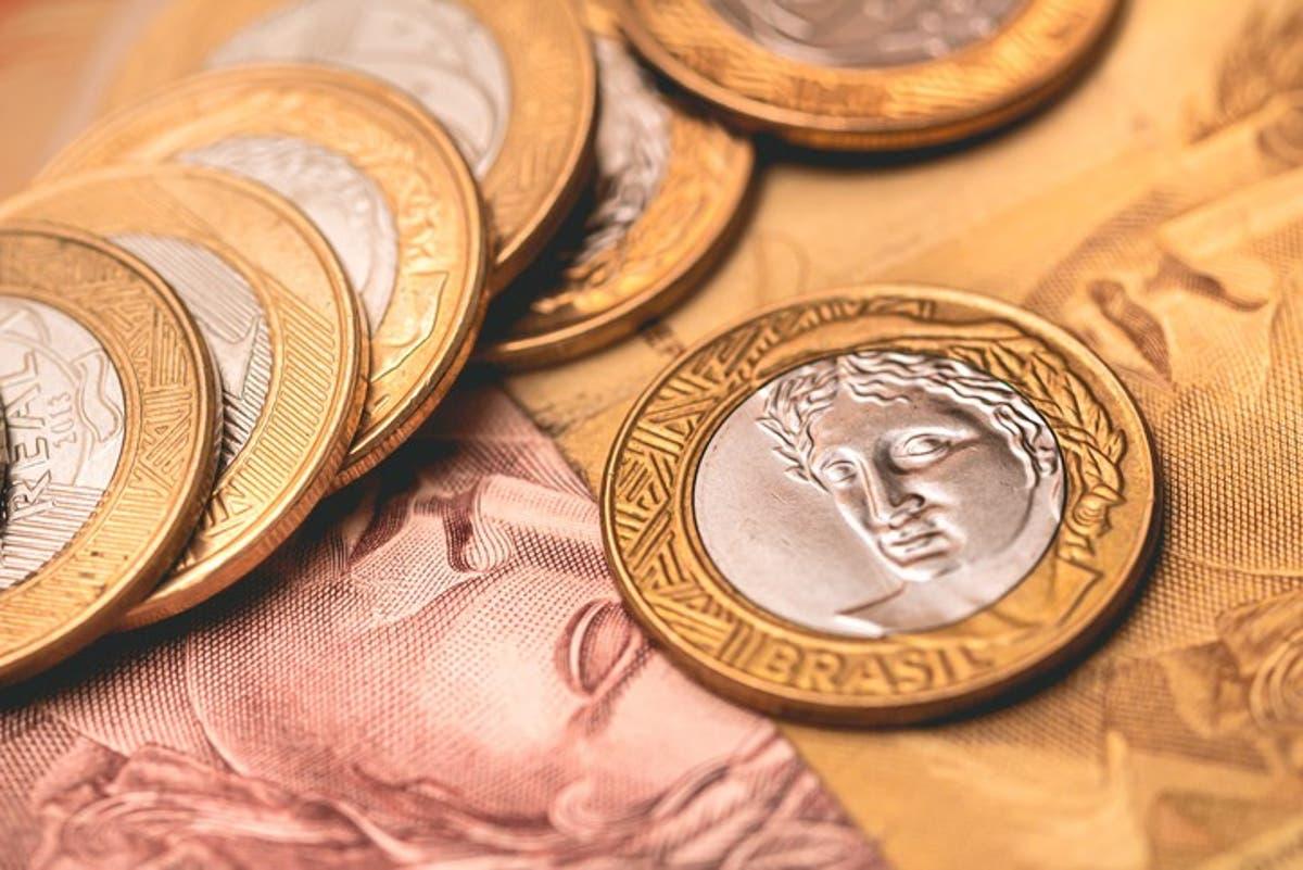moedas de um real acima de duas cédulas