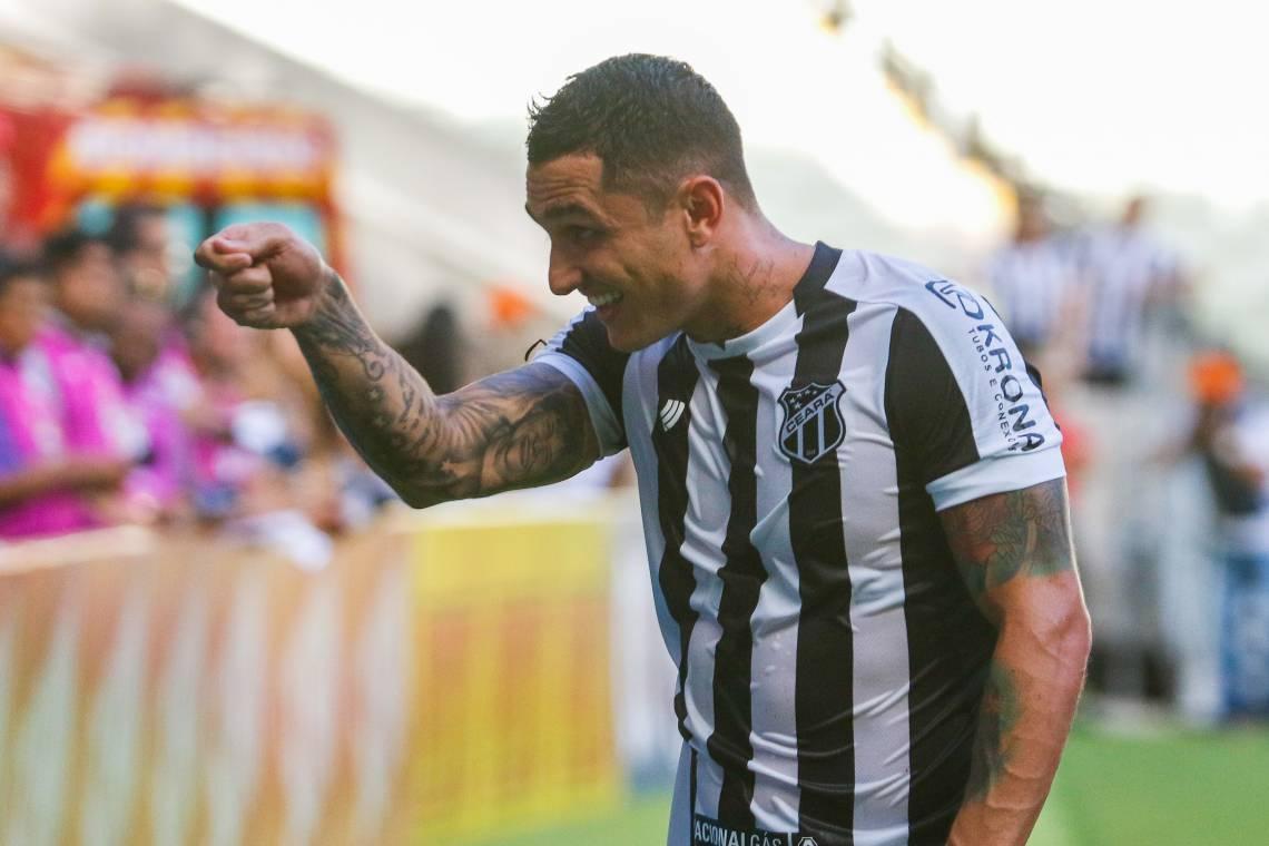 """""""Pra cego ler"""": Na imagem, o jogador Vinícius do Ceará"""