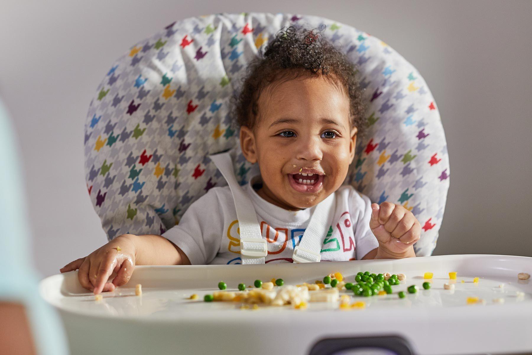 Crianças começam a comer sozinhas aos 6 meses