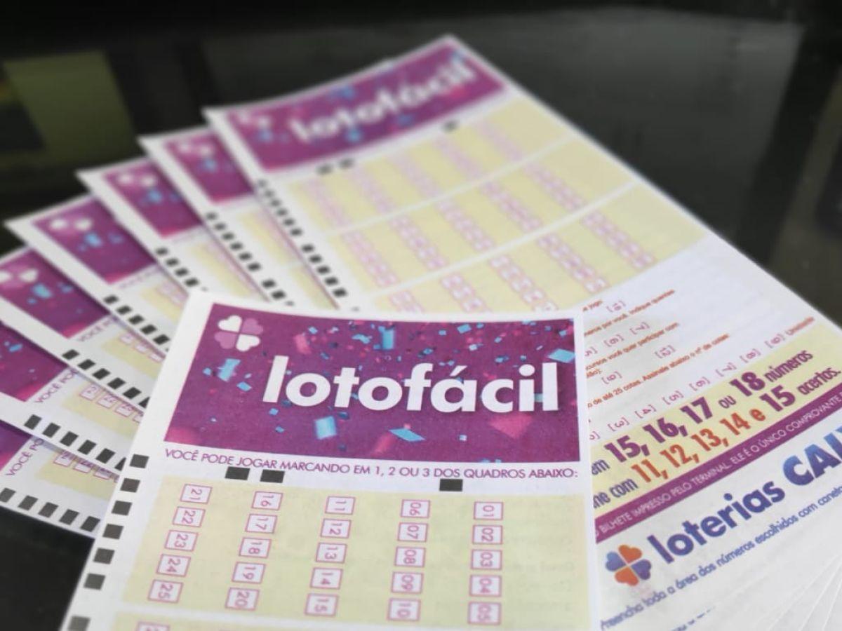 Lotofácil concurso 2062- Um volante da Lotofácil destacado em cima de diversos outros volantes