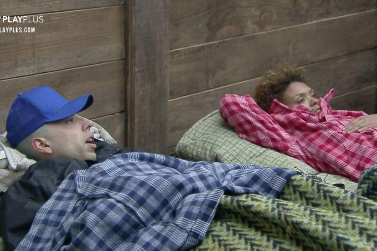 Lucas e Lidi deitados na baia de a fazenda 2020