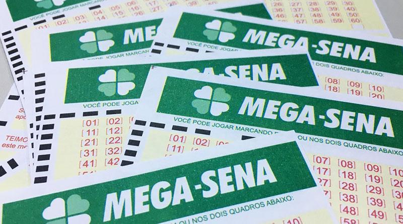 resultado da Mega-Sena -Volantes da mega - Sena espalhados em uma mesa