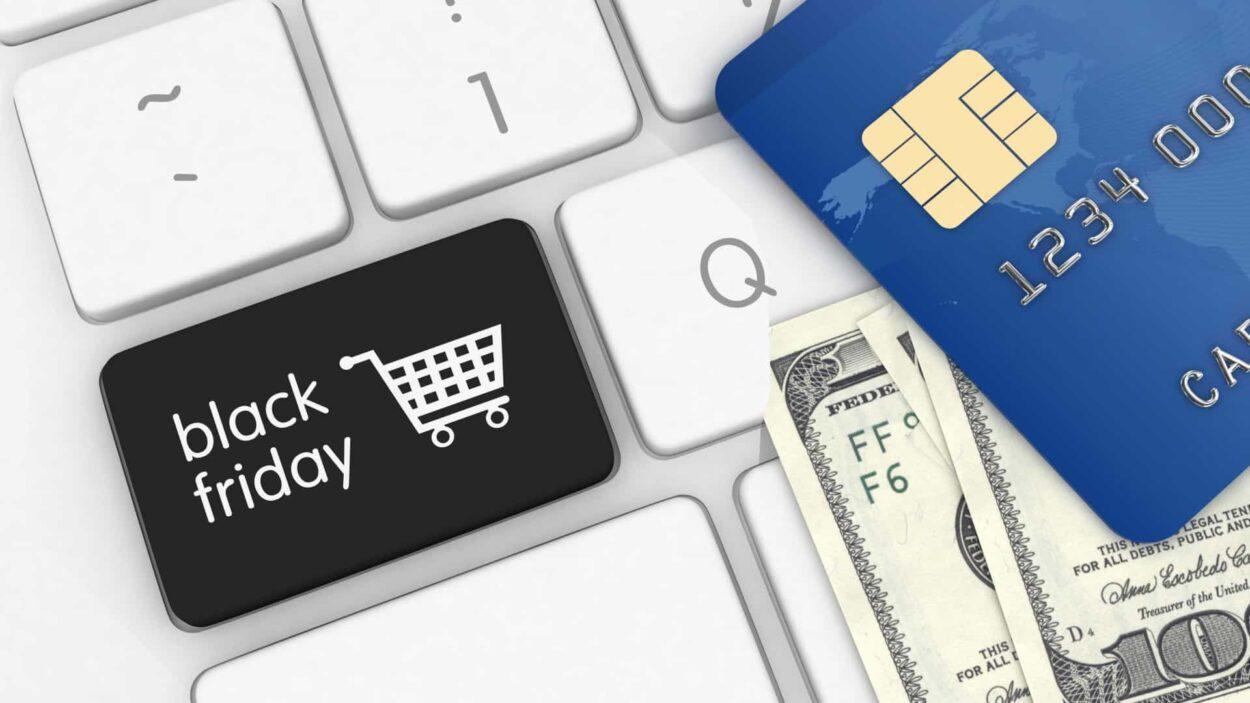 teclado de computador com teclas da black friday e um cartão de crédito Black Friday Brasil 2020