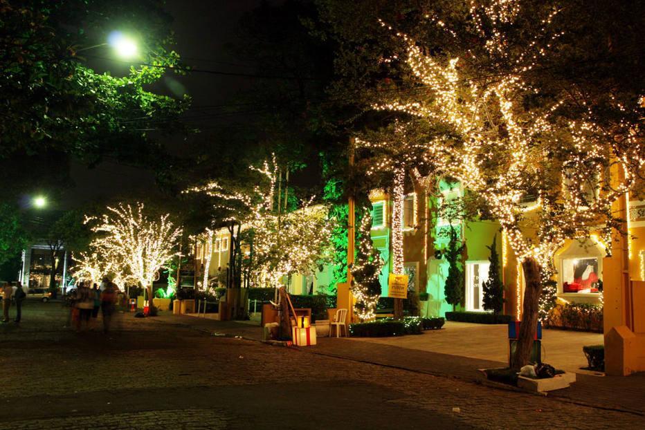 Rua Normandia em Moema decorada com luzinhas de natal