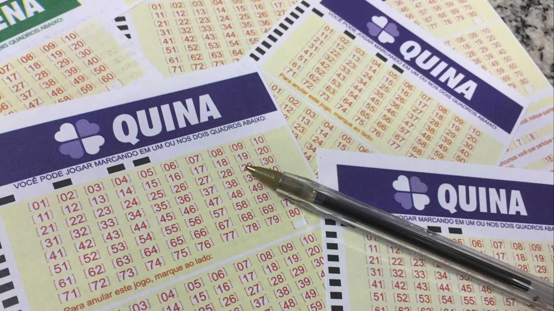 Quina concurso 5419 - a imagem mostra diversos volantes da Quina e uma caneta