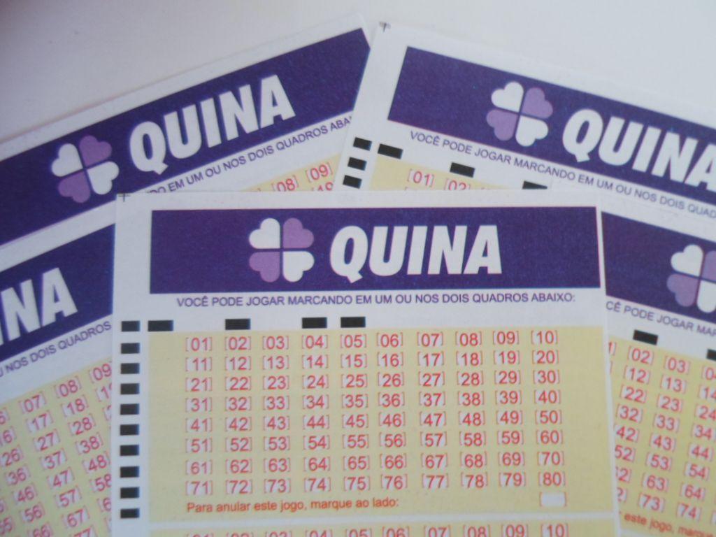 Quina concurso 5395 - a imagem mostra um volante da Quina em destaque em cima de outros volantes