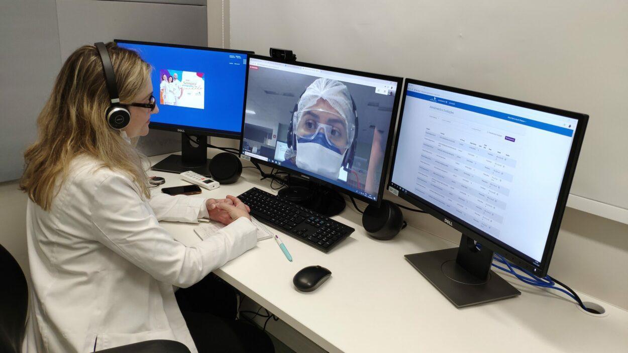 uma médica em videoconferência com outra especialista.