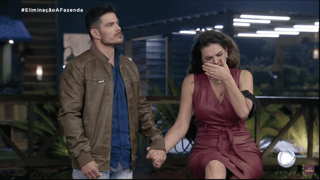 Na imagem, JP Gadêlha e Luiza Ambiel aguardam pelo resultado da segunda roça de A Fazenda 2020