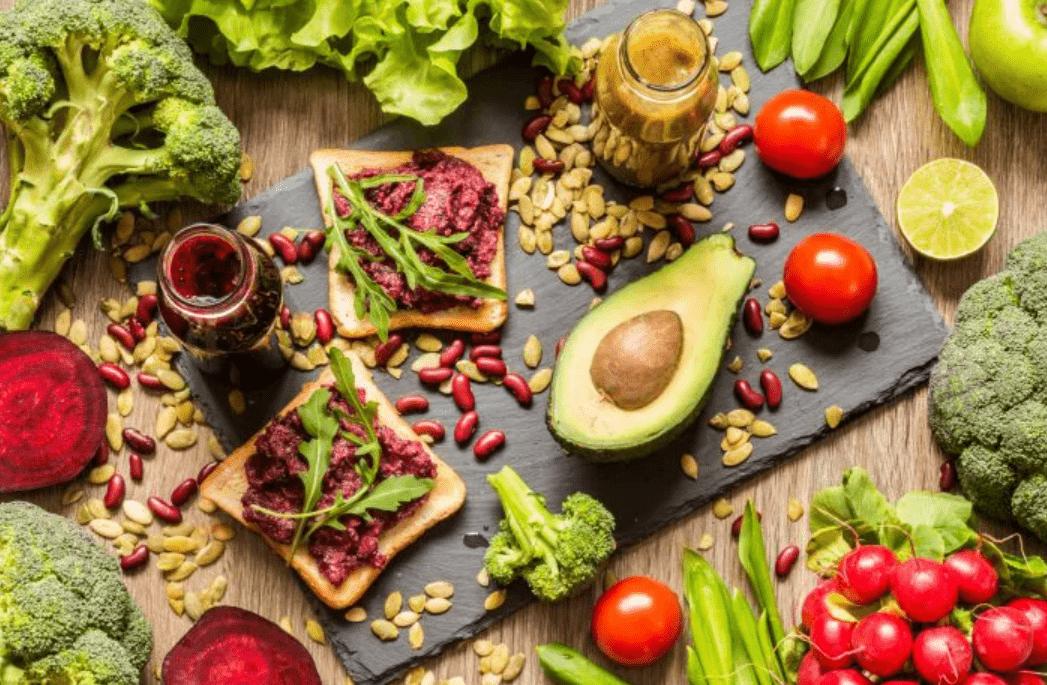 Foto mostra vários alimentos naturais