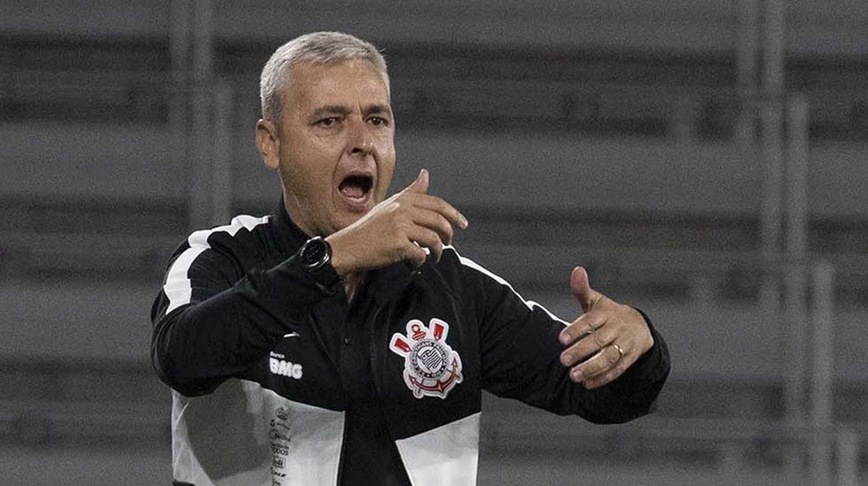 Tiago Nunes gesticula no banco de reservas do Corinthians