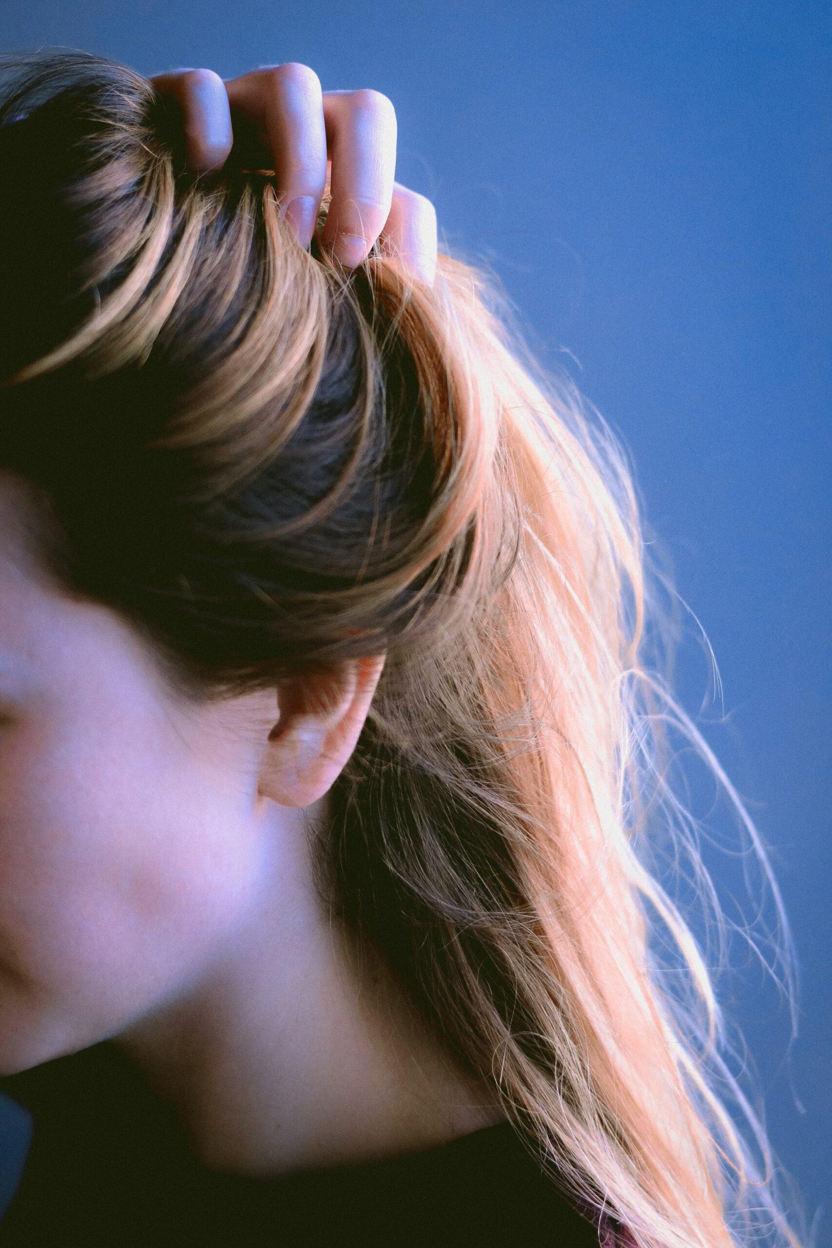 Cabelos quimicamente tratados e couro cabeludo se beneficiam do vinagre