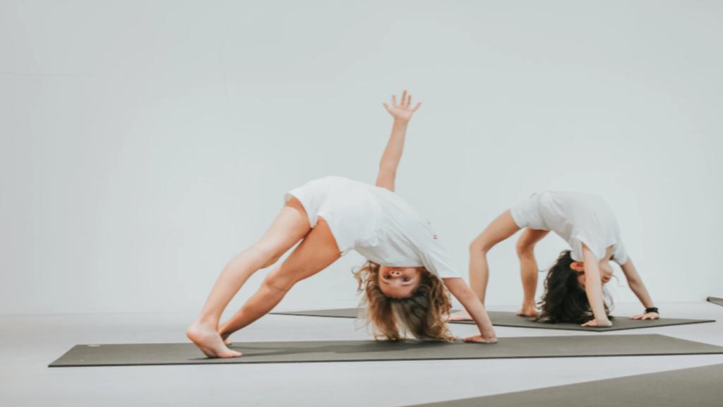 Crianças praticando yoga