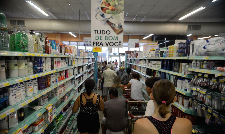 É no supermercado que o brasileiro sente os impactos da inflação. Foto: Tânia Rêgo/Agência Brasil