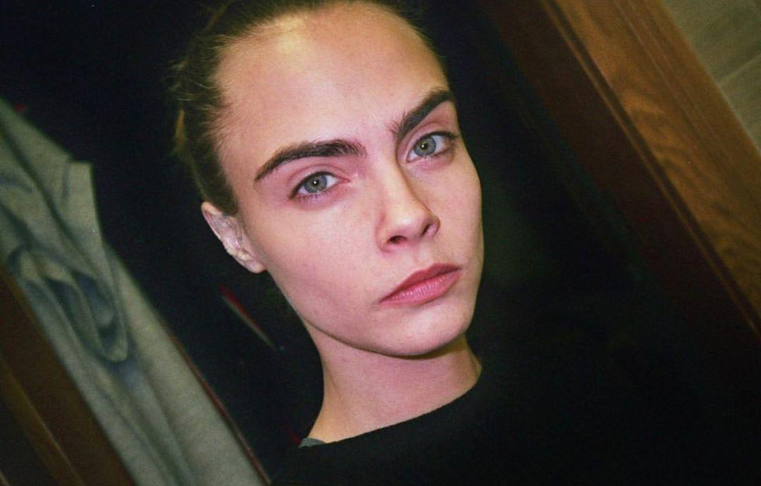 Sobrancelha grossa da Cara Delevingne (Foto: @caradelevingne/Instagram/Reprodução)