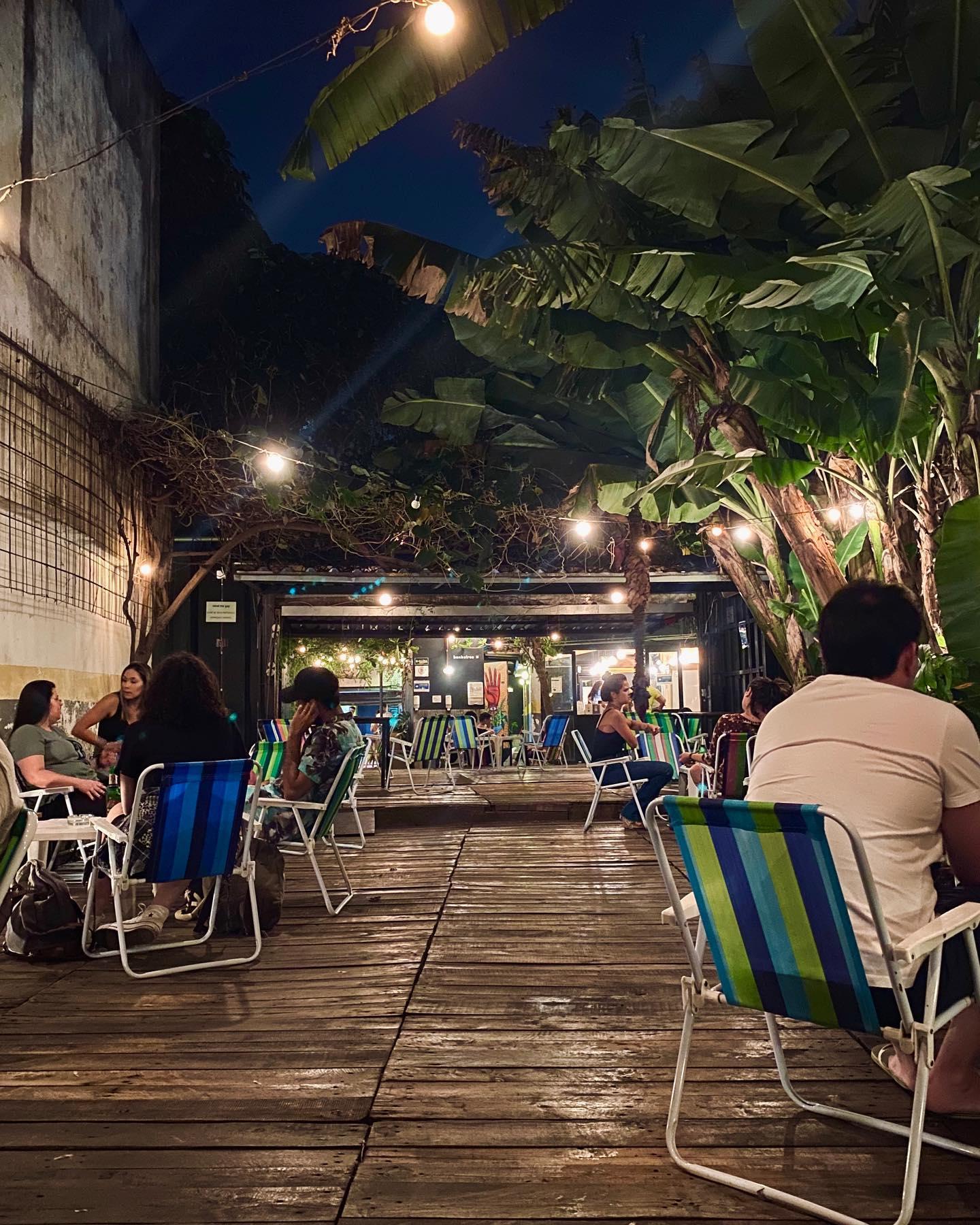 O bar Pitico é um dos principais nomes de Pinheiros. Sua estrutura foi contruída em um container e seus clientes senta-se em cadeiras de praia. Fonte: Facebook/Pitico