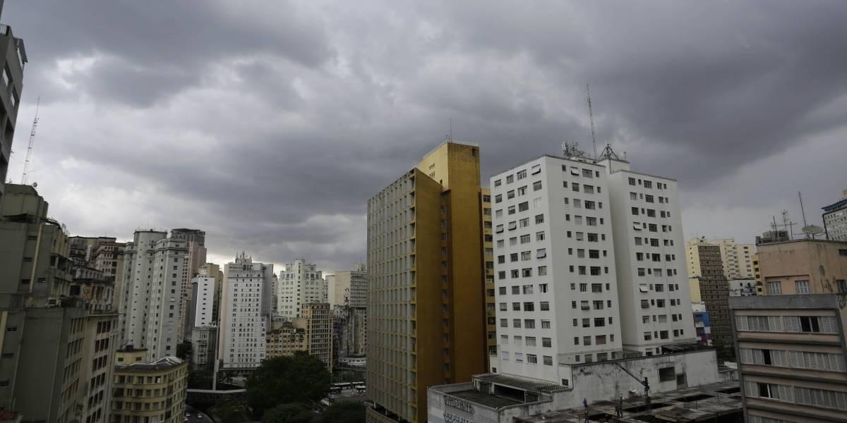 céu cheio de nuvens e prédios, centro da cidade de são paulo para Previsão do tempo SP